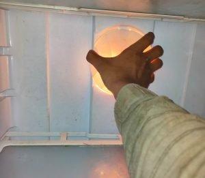 दरवाजा लगाने के बाद भी बल्ब जल रहा हे फ्रिज के अंदर